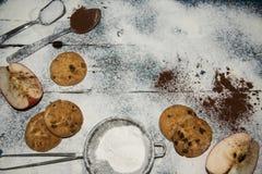 Preparando cookies caseiros da maçã foto de stock royalty free