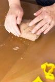 Preparando cookies do pão-de-espécie de easter imagens de stock royalty free