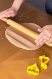Preparando cookies do pão-de-espécie de easter imagem de stock royalty free