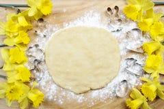 Preparando cookies do pão-de-espécie de easter Etapas de fazer biscoitos Fotografia de Stock