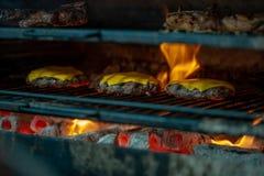 Preparando costoletas da carne com queijo na grade para hamburgueres Alimento da rua Piquenique na rua Fotografia de Stock Royalty Free
