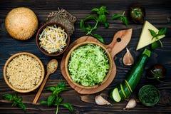 Preparando costoletas ou rissóis dos vegetarianos para hamburgueres Hamburguer do vegetariano do quinoa do abobrinha com molho e  fotos de stock royalty free