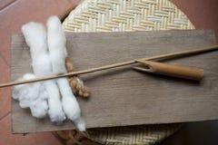 Preparando cotone per la mano tessuta Immagini Stock