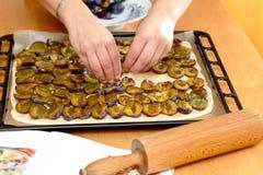 Preparando, dolce bollente della prugna Fotografia Stock