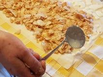 Preparando e fazendo tortas de maçã Foto de Stock Royalty Free
