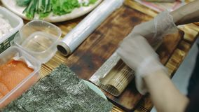 Preparando e tagliando i sushi tradizionali archivi video