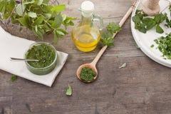 Preparando ervas frescas Fotos de Stock