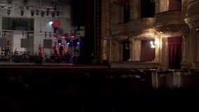 Preparando a fase para um concerto no teatro da ópera video estoque
