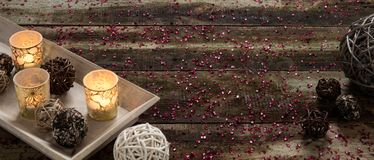 Preparando feriados do Natal com luz de vela de convite e decoração sobre a madeira Imagem de Stock