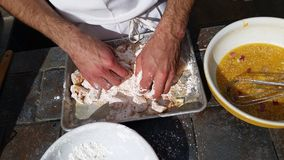 Preparando a galinha alaranjada Imagem de Stock Royalty Free