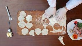 Preparando gli gnocchi, taglienti pasta in cerchi stock footage