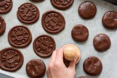 Preparando i biscotti del cioccolato con testo urgente 'ti amo' Fotografie Stock Libere da Diritti