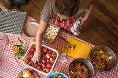 Preparando la fruta para la deshidratación, Fotos de archivo libres de regalías