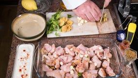 Preparando la marinata per un masala di tikka del pollo con le spezie: zenzero di taglio Immagine Stock