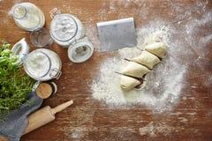 Preparando la pasta flour sulla scena di legno della cucina della tavola Immagine Stock Libera da Diritti