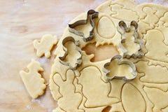 Preparando las galletas del pan de jengibre de pascua paso a paso Foto de archivo