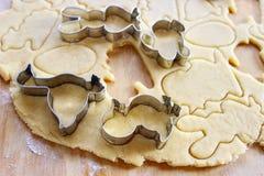 Preparando las galletas del pan de jengibre de pascua paso a paso Imagen de archivo libre de regalías