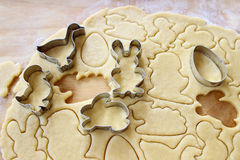 Preparando las galletas del pan de jengibre de pascua paso a paso Imagen de archivo