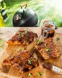 Preparando le costole per un BBQ con salsa d'unto saporita immagini stock libere da diritti
