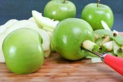 Preparando le mele per la cottura del grafico a torta Fotografia Stock Libera da Diritti