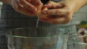Preparando le uova per la mousse di cioccolato con gelatina arancio archivi video