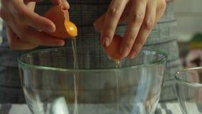 Preparando le uova per la mousse di cioccolato con gelatina arancio stock footage