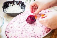 Preparando los arenques tradicionales rusos del ` de la ensalada bajo ` del abrigo de pieles Fotografía de archivo libre de regalías
