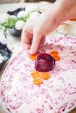 Preparando los arenques tradicionales rusos del ` de la ensalada bajo ` del abrigo de pieles Imágenes de archivo libres de regalías