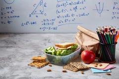 Preparando los bocadillos de jamón para la caja del almuerzo de la escuela en fondo de madera, cierre para arriba Imágenes de archivo libres de regalías