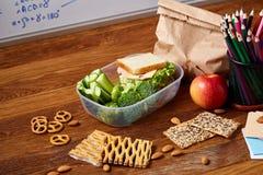 Preparando los bocadillos de jamón para la caja del almuerzo de la escuela en fondo de madera, cierre para arriba Fotos de archivo