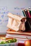 Preparando los bocadillos de jamón para la caja del almuerzo de la escuela en fondo de madera, cierre para arriba Imagen de archivo libre de regalías