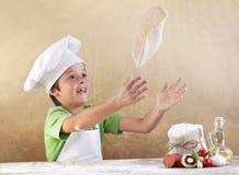 Preparando a massa de pão da pizza Foto de Stock Royalty Free
