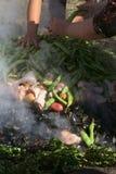 Preparando o al Hoyo de Curanto no Muestras Gastronomicas 2016 em Achao, o Chile Foto de Stock Royalty Free