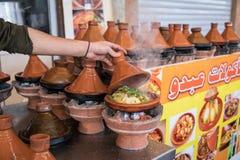Preparando o alimento no prato tradicional do tajin em Marrocos - carne e v foto de stock