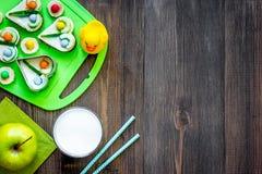 Preparando o almoço rápido para o aluno Sanduíches engraçados, leite, frutos no copyspace de madeira escuro da opinião superior d Imagem de Stock Royalty Free