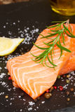 Preparando o bife salmon Imagens de Stock Royalty Free