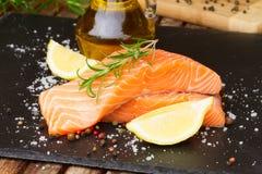 Preparando o bife salmon Fotografia de Stock