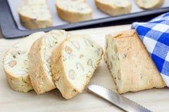 Preparando o biscotti italiano com amêndoa fotos de stock