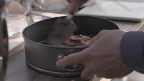 Preparando o bolo do chololate vídeos de arquivo