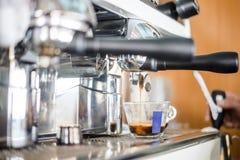 Preparando o café delicioso no restaurante imagem de stock