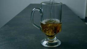 Preparando o ch? Derramando um copo do ch? vídeos de arquivo