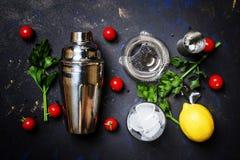 Preparando o cocktail alcoólico com tomate, suco de limão, molho picante fotografia de stock royalty free