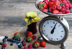Preparando o doce de fruta das bagas com a escala da cozinha do vintage Fotos de Stock