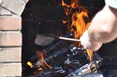 Preparando o fogo para o assado imagens de stock