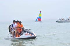 Preparando o jetski para viajantes na praia da cidade de Nha Trang Fotos de Stock