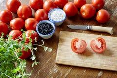 Preparando o molho do tomatoe na cozinha imagens de stock royalty free