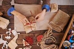 Preparando o presente de Natal Imagem de Stock Royalty Free