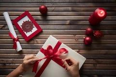 Preparando o presente do Natal Fotos de Stock Royalty Free