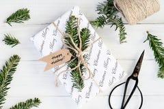 Preparando o presente do Natal com boas festas as etiquetas imagens de stock royalty free