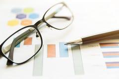 Preparando o relatório Gráficos e cartas Relatórios comerciais, vidros a Imagens de Stock Royalty Free